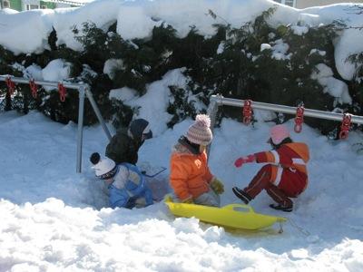 雪の園庭で遊ぶ2