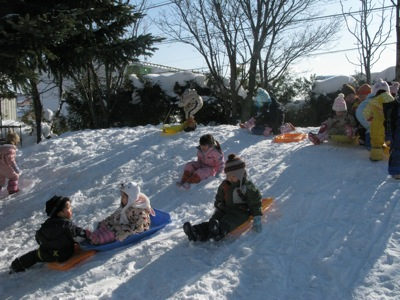 雪の園庭で遊ぶ1