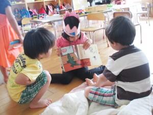 絵本を読む子どもと聞く子ども
